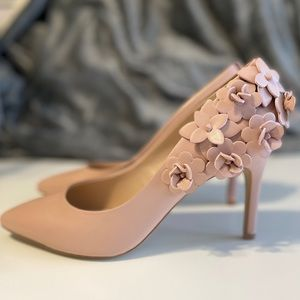 Kelly & Katie Calena Pump with 3D Flowers